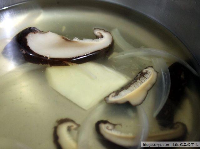 花椰菜水煮蛋肉醬乾麵,佐淡水魚藏吻魚干貝醬,搭白筍鮮菇湯