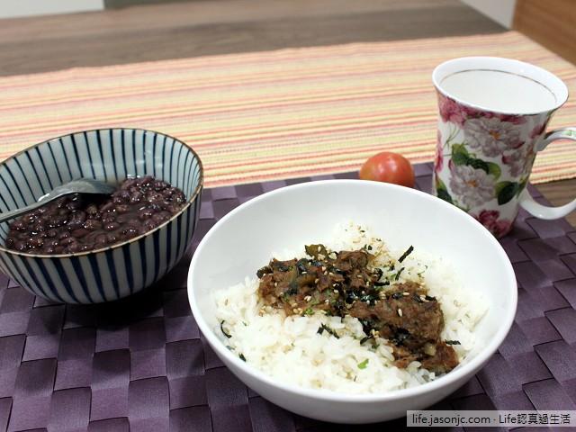 滷肉飯搭紅豆湯晚餐,外加小番茄和黑咖啡