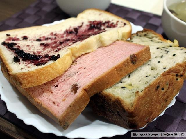 法國聖桃園天然野生小藍莓果醬、黑芝麻起司和葡萄乾核桃草莓吐司