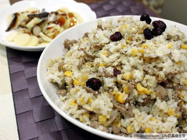 玉米豬肉炒飯佐起司蔓越莓搭清燙香菇茭白筍