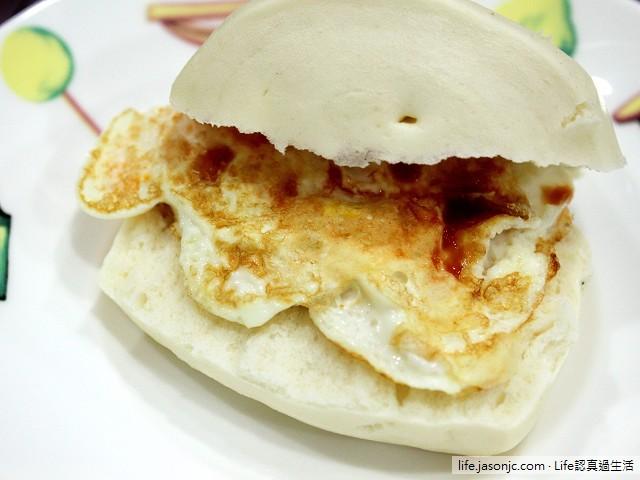 牛奶小饅頭包蛋佐芒果醬:飄著奶香的清爽早餐