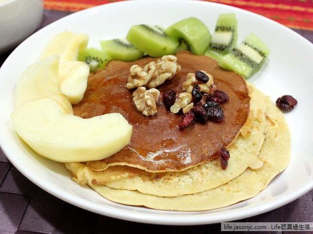 蘋果、奇異果蜂蜜鬆餅早餐
