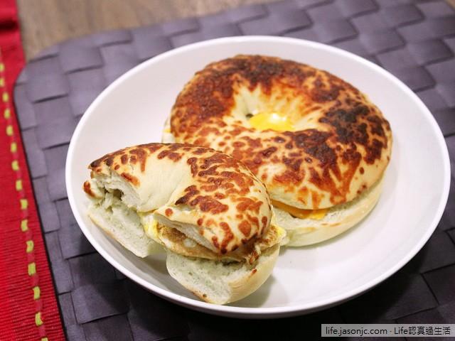 COSTCO 帕馬森乾酪貝果夾蛋 搭 芭蕉牛奶