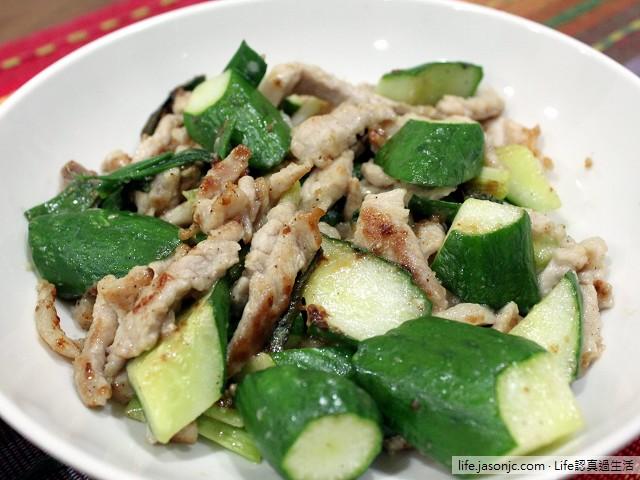小黃瓜炒肉絲、鹹酥吳郭魚和清炒菠菜