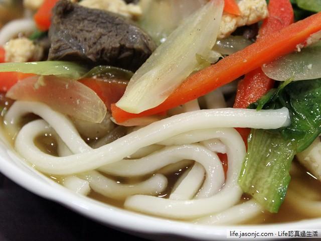 什錦炒麵:牛肉豬肉紅蘿蔔大陸妹洋蔥炒麵