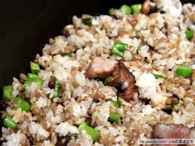 鹹豬肉蔥花五穀炒飯搭海帶清湯