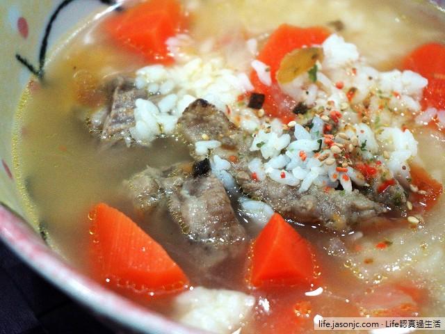 Costco好市多牛肉羅宋湯泡飯,配自家種的冰竹筍