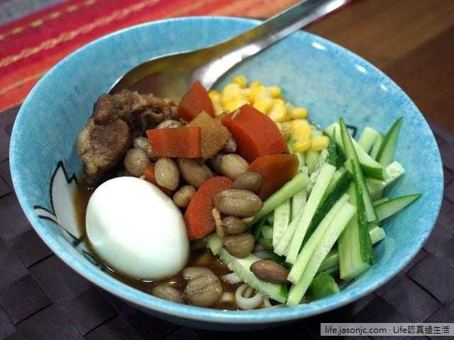滷排骨乾麵佐水煮蛋、小黃瓜、玉米和土豆